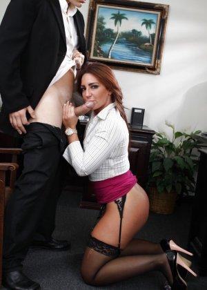 Саванна Фокс – очень соблазнительная особа, поэтому мужчина быстро возбуждается и устраивает ей хороший секс - фото 3