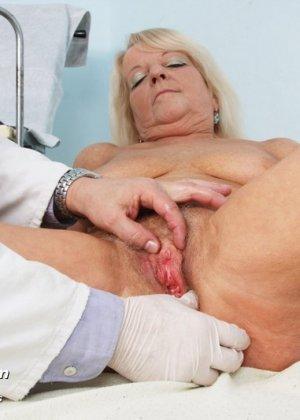 Пожилая женщина приходит на прием к врачу, чтобы показать все свои достоинства перед мужчиной - фото 6