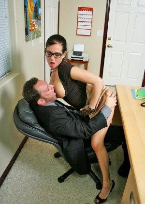 Грудастая секретарша оказалась озабоченной, и ебется с начальником сначала в пизду, а потом в жопу - фото 5