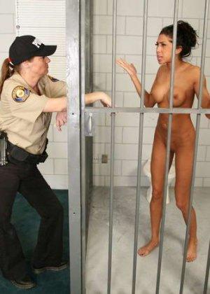 Зрелая надзирательница в женской тюрьме сначала раздела заключенную, а потом заперла ее в клетке - фото 9