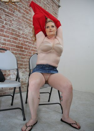 Толстенькая блондинка занимается сексом как она любит с натуральным негром - фото 3