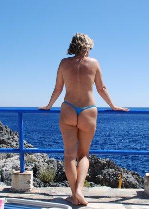 Отдых на море в эротических фото зрелой дамы на крутой фотик - фото 13