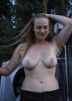 Подборка фото нудистов на пляже с голыми телами, попами и сиськами - фото 25