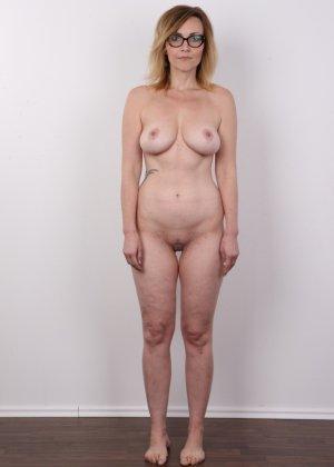 Опытная дамочка решает принять участие в чешском кастинге и показывает свое немолодое тело - фото 9