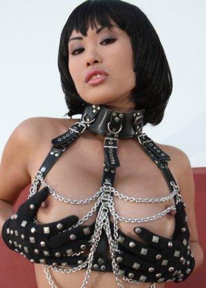 Азиатка в цепях оголит свою пизду, она сделает шикарные кадры, где видные ее розовые соски - фото 8