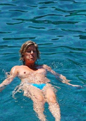 Отдых на море в эротических фото зрелой дамы на крутой фотик - фото 28