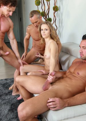 Три мускулистых паренька во все дырочки отперли молоденькую блондиночку - фото 15