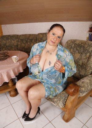 Зрелая леди с большой грудью соблазняет своих преданных поклонников - фото 3