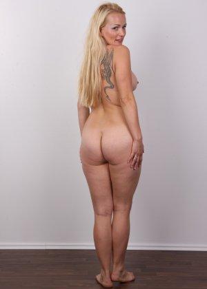 Блондинка с большой попкой и тату на спине оголила свое тело на камеру - фото 12