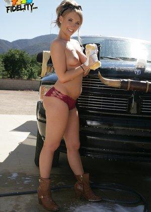 Харли Джэйд моет машину в обнаженном виде - фото 9- фото 9- фото 9