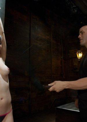 Подвешенной девушке с упругими сиськами парень вставляет член между ножек - фото 3