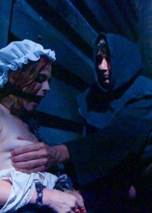 Телку отводят в подвальное помещение и связывают руки за спиной, ее ждет особенная ночь с элементами БДСМ - фото 3