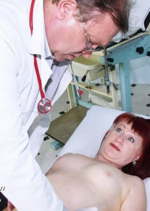 Ольга раздвигает ноги перед опытным гинекологом и разрешает произвести тщательный осмотр - фото 7