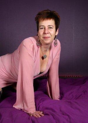 Зрелая женщина в эротичном костюме показывает себя всю, принимая самые откровенные позы - фото 5