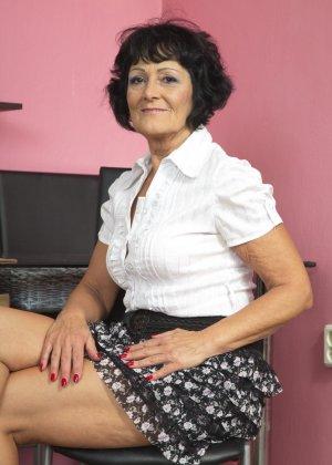 Женщина в возрасте очень хочет секса, поэтому с удовольствием позирует перед камерой с вибратором - фото 1