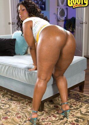 Темнокожая дамочка с пышным телом показывает, как она выглядит без одежды - фото 2- фото 2- фото 2