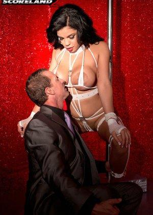Роскошная стриптизерша соблазняет мужчину и он готов сделать для нее всё, что она захочет - фото 4