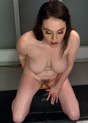 Девушку с интимной стрижкой между ножек трахает электрическая секс машина - фото 5