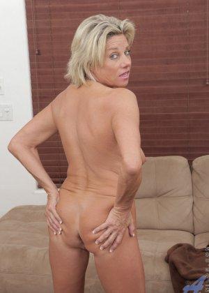 Зрелая блондинистая женщина развлекается перед камерой с новенькой секс игрушкой - фото 10