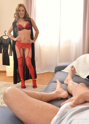 Девушка в красных чулках сняла с себя трусики и подрочила пареньку - фото 3