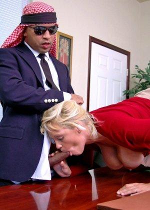 Начальник подложил свою зрелую, но красивую секретаршу своему арабскому бизнес-партнеру, тот натянул ее дырку - фото 9