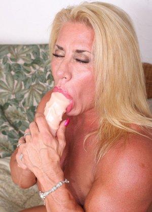 Женщина-бодибилдерша очень напоминает внешне мужчину, но всё же ее нутро говорит о женственности - фото 23