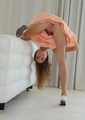 Сексуальная красотка широко раздвигает ножки, чтоб показать все самые интимные зоны своего тела - фото 2