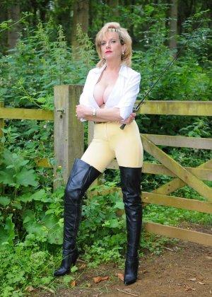 Леди Соня показывает свою задницу в облегающих брюках и поражает объемом груди - фото 12