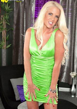 Скромная блондинка снимает с себя леопардовое белье на камеру - фото 1