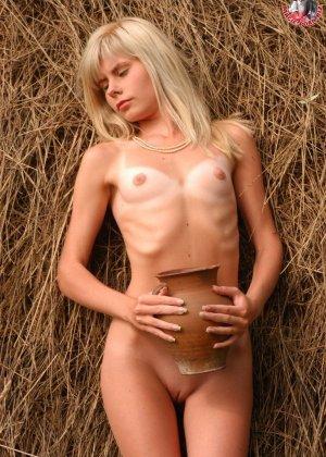 Худенькая блондинка оказывается на сеновале и поливает свое обнаженное тело молоком из кувшина - фото 5