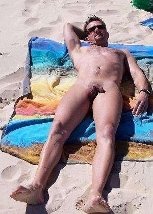 Развлечения нудистов на пляже весьма интересны, здесь большое количество огромных членов и больших сисек - фото 5