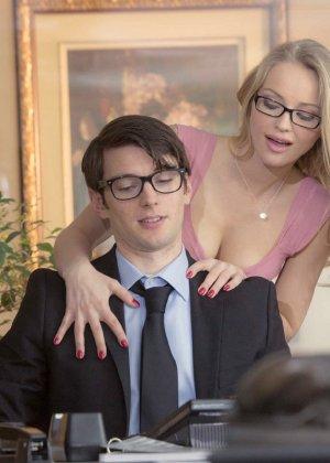 Стесси Кар одела сексуальные очки и страстно трахнулась на рабочем столе со своим коллегой - фото 6