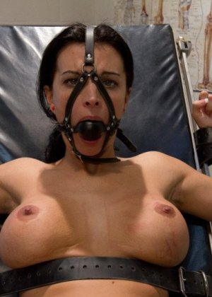 Тяжелобольной девушке срочно требуется твердый страпон в мокрой пизде, медсестра пришла ей на помощь и отымела даже задницу - фото 10