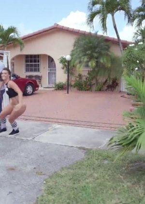 Жопастая Сьюзен с хорошими достоинствами делает глубокий минет своему парню - фото 3