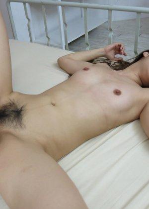 Азиатка показывает свое молодое тело и волосатую киску негру, а затем позволяет себя трахать - фото 17