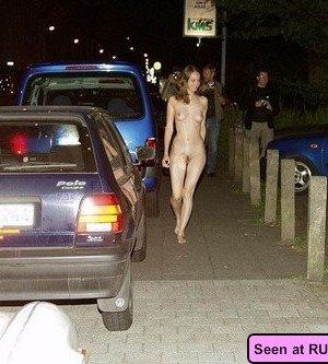 Пьяные неразборчивые девки развлекаются: показывают с удовольствием свои сочные сиськи - фото 8