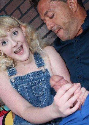 Кристал – молоденькая блондинка, которая соблазняет опытного мужчину и делает ручками ему приятно - фото 4