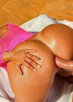Латинская красотка Латино показывает свою пышную фигуру и подставляет анус для качественного секса - фото 9