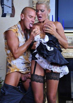 Зрелая блондинка целуется с симпатичным парнем, после чего садиться на его мощную кожаную биту - фото 3