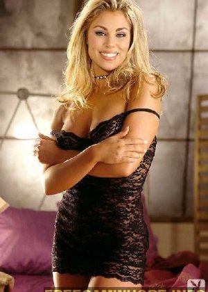 Блондинка сняла с себя трусики и показывает бритую промежность - фото 2