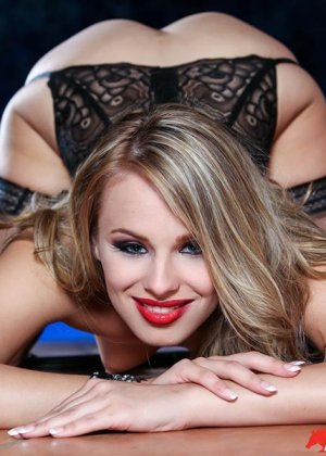 Джиллиан Дженсон - девушка с красивой фигуркой, которая любит подразнить своим телом - фото 10