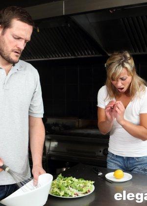 Девушке устраивают хорошую анальную порку прямо на кухонном столе и она остается довольна - фото 1
