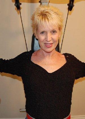 Опытная блондинка в голом виде показывает свои принадлежности - фото 9