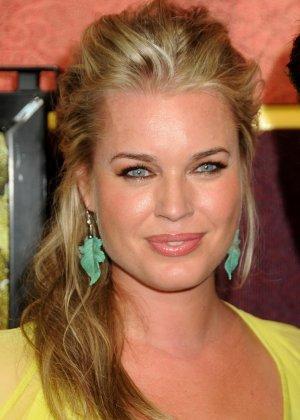 Сексуальная актриса Ребека улыбается своими большими губками перед камерой - фото 1