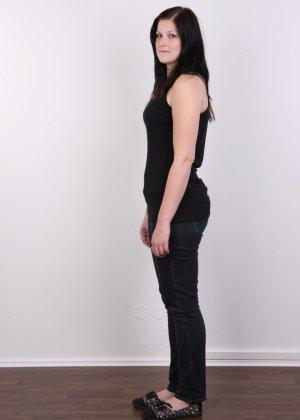 Женщина с не очень большой жопой вывалила свои стремные дойки - фото 1