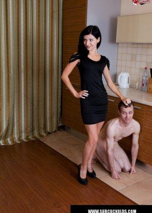 Красивая брюнетка заставила своего мужа смотреть как её ебет любовник - фото 5