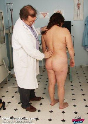 Пожилой врач принимает зрелую пациентку и вставляет в ее пизду расширитель, а в попке орудует ватной палочкой - фото 2