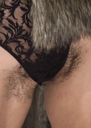 Софи Мур показывает свою волосатую пизденку - она явно не приветствует использование бритвы - фото 3