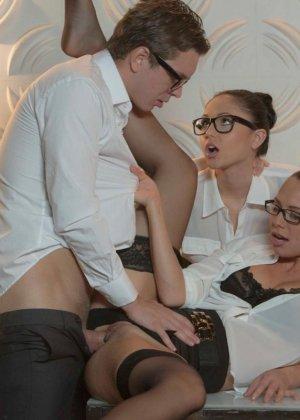 Две девушки устраивают хороший секс парню - фото 5- фото 5- фото 5