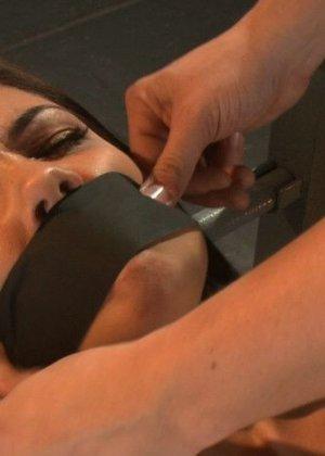 На порно кастинге телке предлагают испытать новые ощущения и дают в руки мощнейший вибратор - фото 2